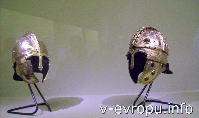 Позолоченные шлемы - экспонаты музея в Колизее