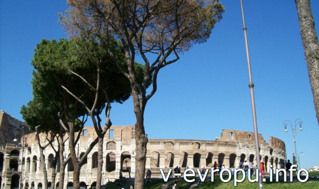 Вид на Колизей со стороны входа в Римский Форум