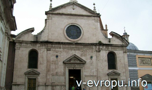 Церковь Санта Мария дель Пополо - первая церковь Рима, выстроенная в ренессансом стиле. Но в фасаде добавлены изогнутые линии барокко