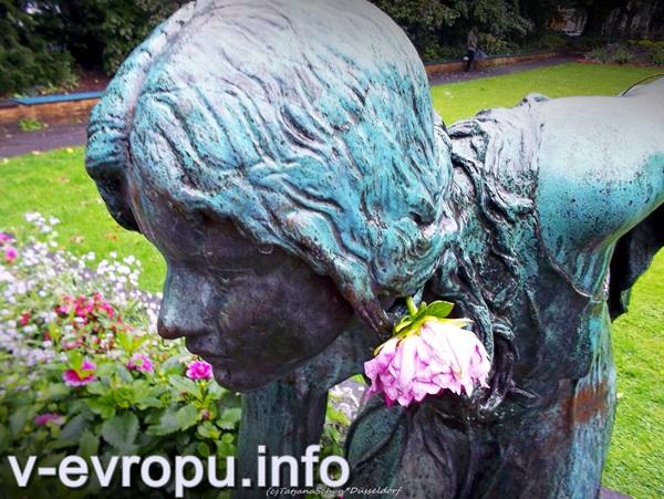Девушка с шаром - городская фея Дюссельдорфа