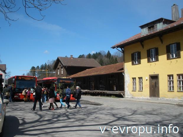 Автобусная остановка перед вокзалом в городе Фюссен