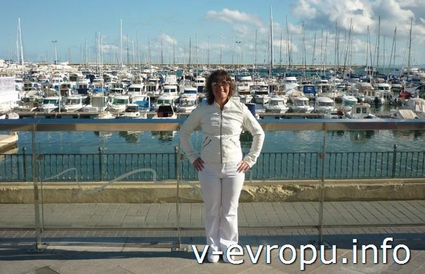 Отдых в Торревьеха. Автор отчета на фоне морского порта города