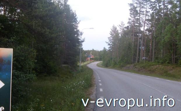 Типично для Швеции - внезапно из леса показался посёлок.
