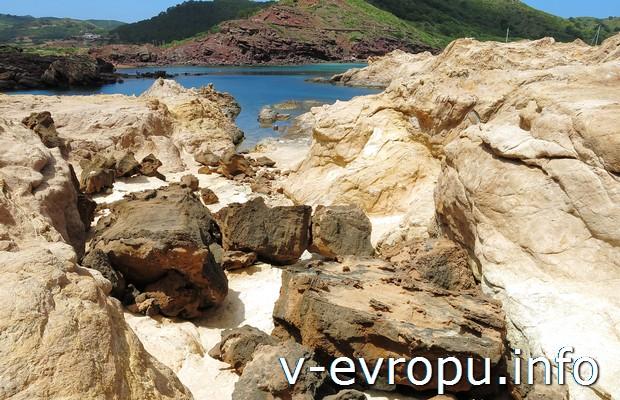 Виды северного побережья Менорки. Испания.