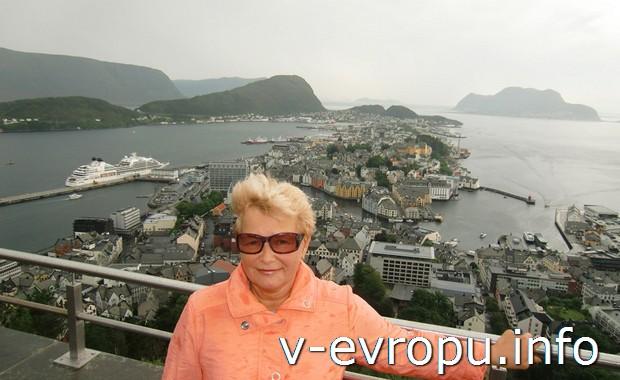 Автор отчета Ирина Ц. и вид на Алесунд с горы