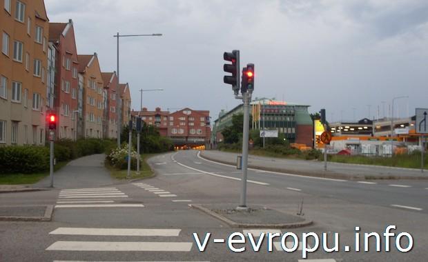 Велосипедные светофоры перед въездом в тоннель к жд вокзалу Акерсберга (Швеция)