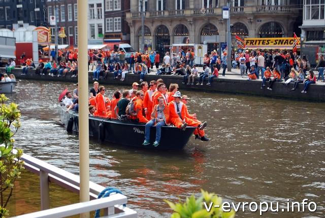 Каналы тоже становятся оранжевыми в День Короля