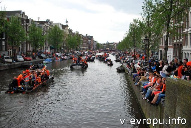 Можно сидеть на бортике канала и смотреть на проплывающие лодки