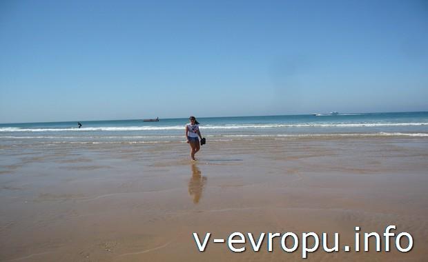 Пляж  в Каркавелушш (12 км от Лиссабона)