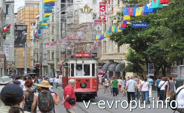Туристический трамвайчик на улице Истикляль в Стамбуле
