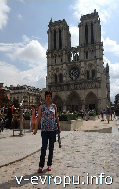 Автор отчета Светлана Н. на площади перед Собором Парижской богоматери
