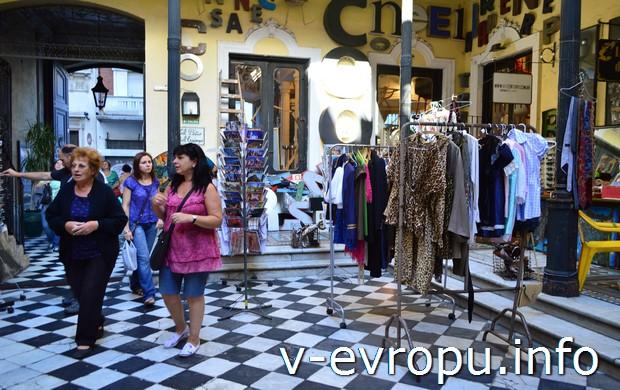 Магазины на улице Defensa
