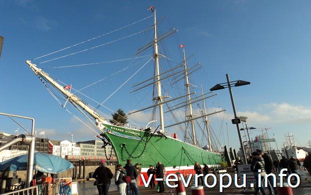 Старинный корабль в порту Гамбурга