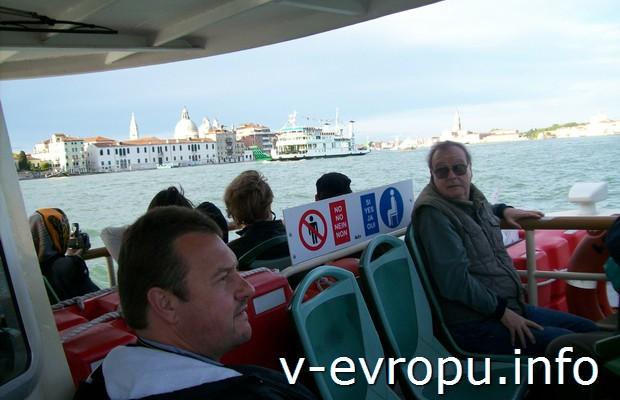 Туристы на вапоретто в Венеции
