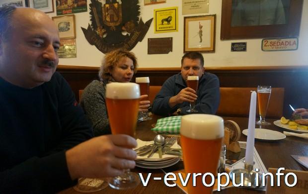 Автор отчета Владимир З. и четыре сорта лучшего пражского пива - лагер, темное, резак, специальное