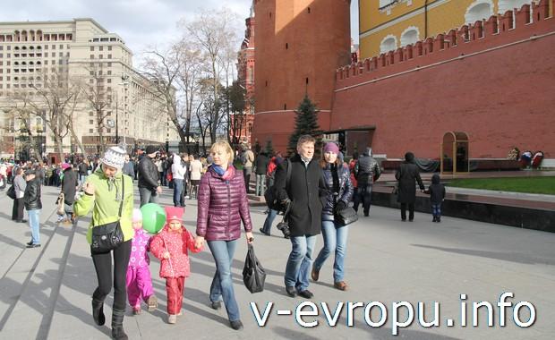 Туристы в Александровском саду у стен Кремля