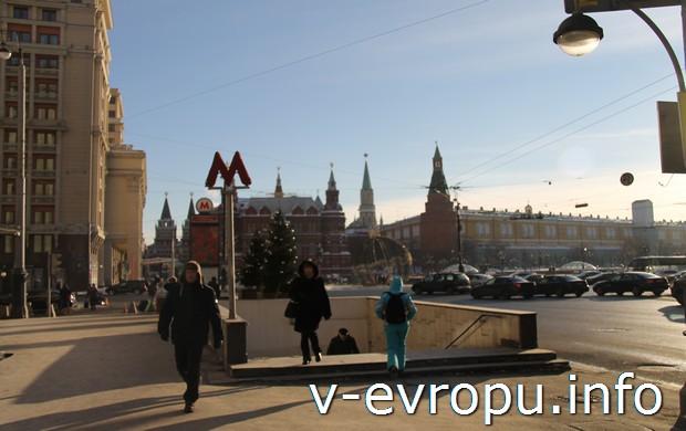 """Выход из метро """"Охотный ряд"""" у Государственной думы. На дальнем плане Исторический музей, за которым расположена Красная площадь"""