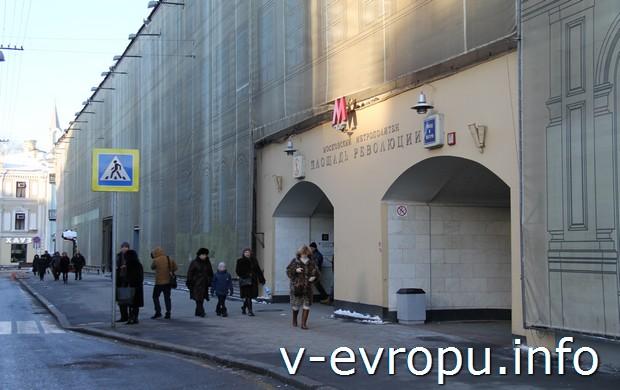 """Второй выход из метро """"пл.Революции"""" на Богоявленский  переулок"""
