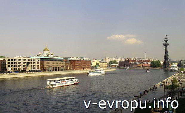 Вид на Москву с Крымского моста. (На заднем плане Памятник Петру-1 и купол Собора Христа Спасителя)