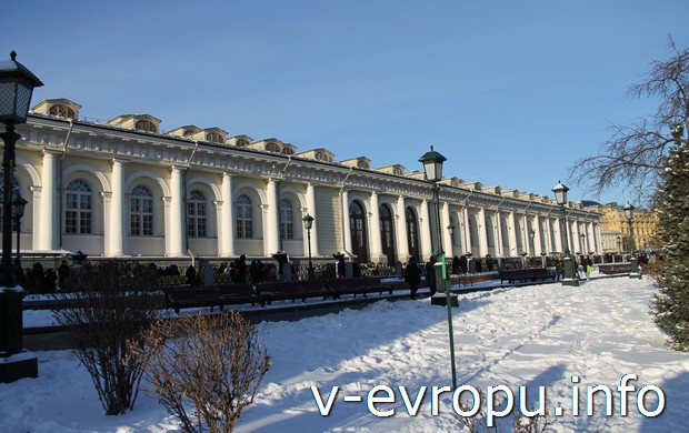 Здание Манежа в Москве со стороны Александровского Сада