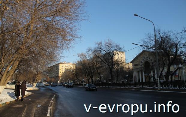 """Абельмановская улица, через дорогу кинотеатр """"Победа"""""""