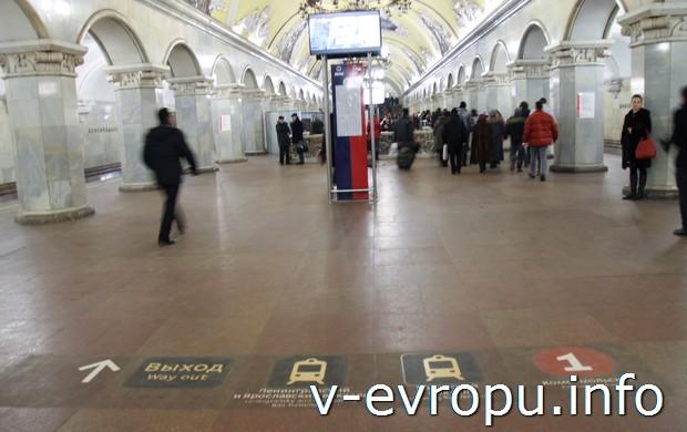 Зал Комсомольской станции метро кольцевой линии с инфографикой на полу