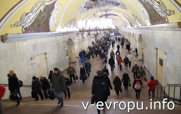 Подъём по ступенькам к аванзалу Кольцевой-Комсомольской