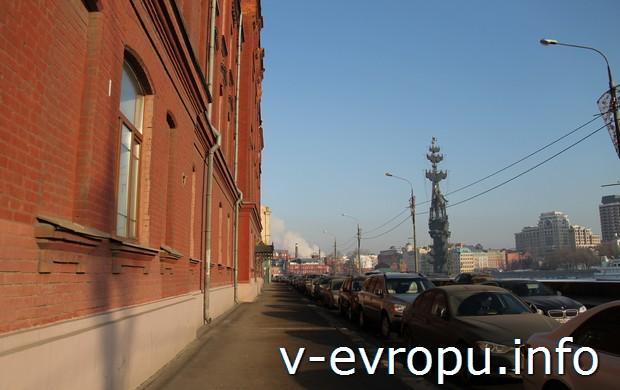 Вид на церетелевского Петра с Пречистенской набережной Москвы