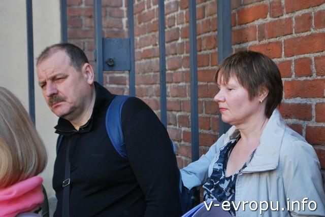 Владимир и Лариса из Москвы внимательно слушают объяснения