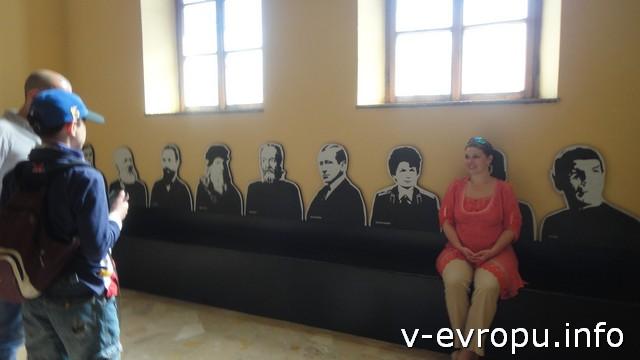 Елена размышляет о значении открытий Да Винчи в музее технических достижений