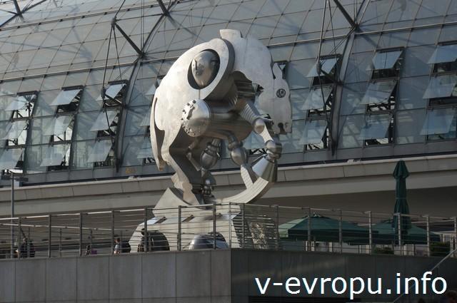 """Берлин. Главный вокзал. Мы назвали скульптуру """"Конь педальный"""