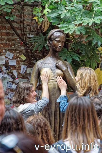 Верона. Скульптура Джульетты