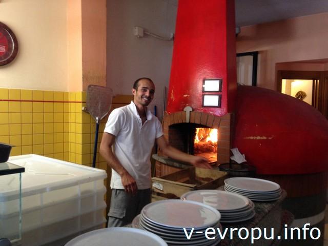 Сардиния. Нам готовят пиццу